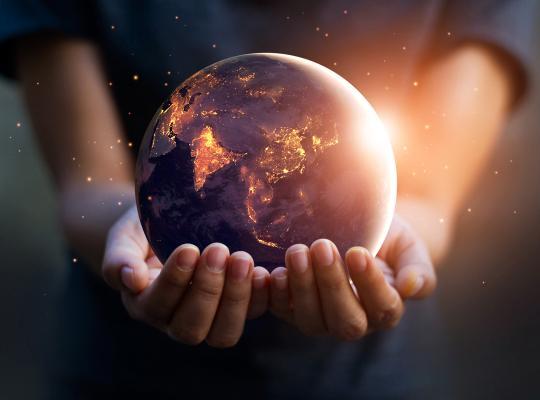 Aarde in handen van kind