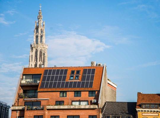 Zonnepanelen op Antwerps appartementsgebouw
